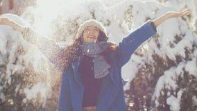 Att kasta för vinterkvinna kastar snöboll och att ha rolig det fria under ferier lager videofilmer