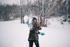 Att kasta kastar snöboll arkivfoto