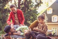 Att killa fadern är roligt lycklig tid för familj Arkivfoto