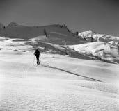 att klättra i berg skidar Royaltyfri Bild