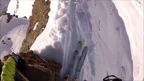 Att klättra i berg skidar på kanten av berget arkivfilmer