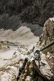 Att klättra utrustar Säkerhetssele och att fästa i höga berg - Adrenalin royaltyfri bild