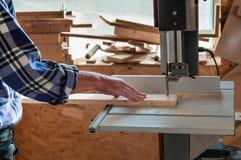 Att klippa sörjer brädet på bandsågen royaltyfri bild