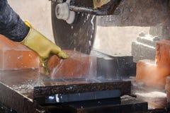 Att klippa vaggar salt för att göra tegelplattor royaltyfri bild