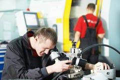 Att kontrollera för arbetare bearbetar med den optiska apparaten Arkivbild