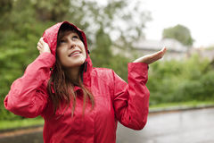 Att kontrollera för regnar arkivfoton