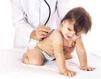 Att kontrollera för doktor behandla som ett barn med stetoskopet på vit bakgrund Royaltyfria Bilder