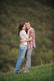 Att krama som är attraktivt, kopplar ihop Arkivfoton