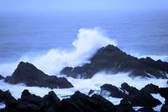 att krascha vaggar waves Fotografering för Bildbyråer