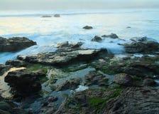Att krascha vinkar nära stora Sur, Kalifornien, USA Royaltyfri Foto