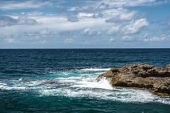 Att krascha vinkar på capoen Mannu, Sardinia royaltyfria foton