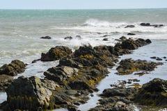 Att krascha vinkar på Rocky Coast av Rhode - ön Royaltyfri Foto