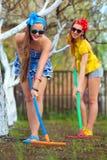 att kratta för kvinnligträdgård smutsar Royaltyfria Foton