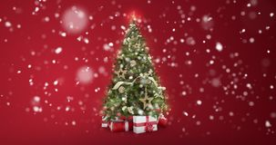 Att kretsa det ljus dekorerade xmas-trädet med gåvaaskar på röd bakgrund och snö flagar falla med textutrymme till stället stock illustrationer