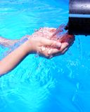 att kupa hands två vatten fotografering för bildbyråer