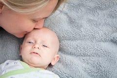Att kyssa för mamma behandla som ett barn Arkivbilder