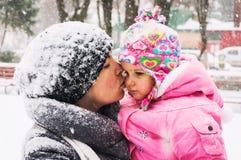 Att kyssa för mamma behandla som ett barn Arkivfoto