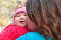 Att kyssa för mamma behandla som ett barn Daugther Royaltyfri Foto