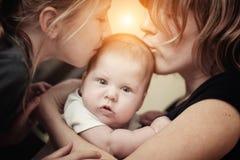Att kyssa för moder behandla som ett barn Fotografering för Bildbyråer