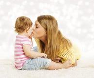 Att kyssa för moder behandla som ett barn, familjståenden, liten unge för moderkyss Arkivfoton