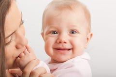 Att kyssa för moder behandla som ett barn little hand Royaltyfria Bilder