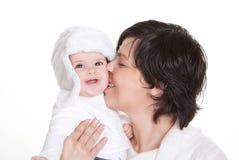 Att kyssa för Mum behandla som ett barn barnet arkivbilder