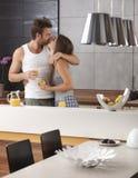 Att kyssa kopplar ihop i kök i morgonen Arkivbilder