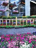 att lägga in för blomma shoppar Arkivbild
