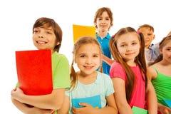 Att lära är den roliga stora gruppen av ungar med böcker Arkivbilder