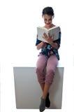 Att läsa är ett hjälpmedel som låser ett barns fantasi upp arkivbild