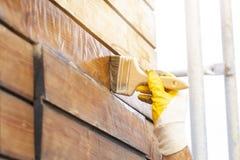 Att lacka för faktotum sörjer träplankor i uteplats utanför royaltyfri fotografi