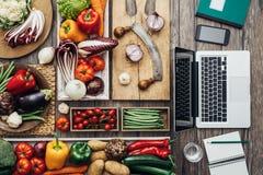 Att laga mat möter teknologi arkivfoto