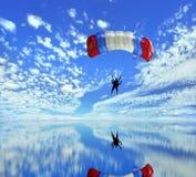 att landa hoppa fallskärm Arkivbild