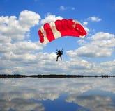 att landa hoppa fallskärm Royaltyfria Bilder