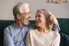 Att le älska mitt åldrades mannen och kvinnan som tycker om romantiskt ögonblick royaltyfri foto