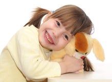 Att le behandla som ett barn att spela med leksaken royaltyfria foton