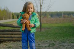 Att le behandla som ett barn björnen för flickainnehavnallen utomhus fotografering för bildbyråer