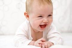 Att le behandla som ett barn flickan ligger i sängen Arkivfoton