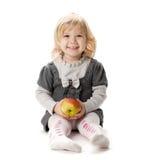 Att le behandla som ett barn flickan med äpplet Arkivfoto