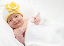 Att le behandla som ett barn lies i säng Royaltyfri Bild