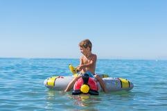 Att le behandla som ett barn lite pojken som spelar med farmodern och farfadern i havet på luftnivån Positiva mänskliga sinnesrör Royaltyfri Fotografi