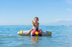 Att le behandla som ett barn lite pojken som spelar med farmodern och farfadern i havet på luftnivån Positiva mänskliga sinnesrör Arkivfoton