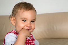 Att le behandla som ett barn med fingret i mun arkivbilder