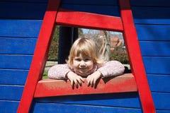 Att le behandla som ett barn ståenden på träfönstret Royaltyfria Bilder