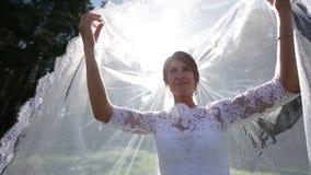 Att le bruden ser från under skyla arkivfilmer