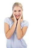 Att le den blonda kvinnan förvånas Arkivfoton