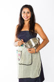 Att le den indiska kvinnan med silverbunken och viftar arkivfoto