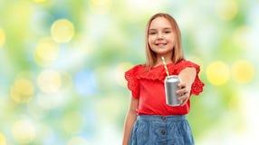 Att le den preteen flickan som dricker sodavatten fr?n kan royaltyfria bilder