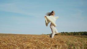 Att le den unga kvinnan med utsträckta händer känner frihet stock video