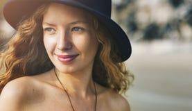 Att le för flickakvinna kopplar av lyckligt fotografering för bildbyråer